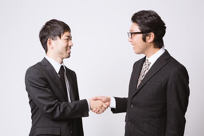 人間関係に悩みつつ握手する人たち