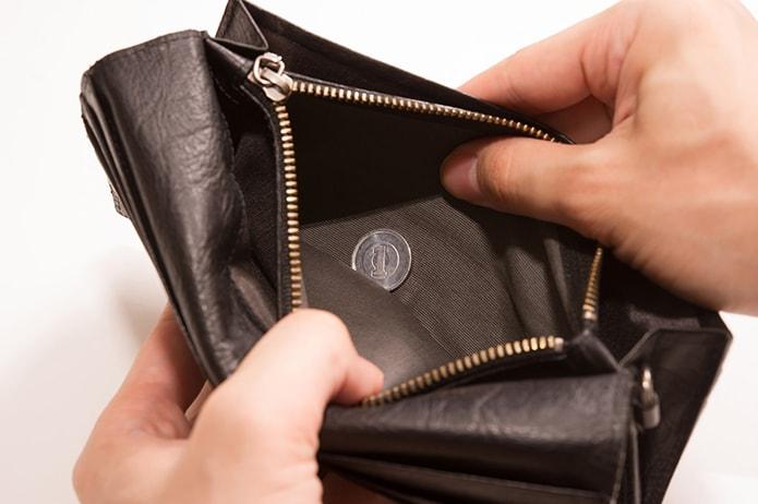 給料が少ないと思いながら財布を広げる